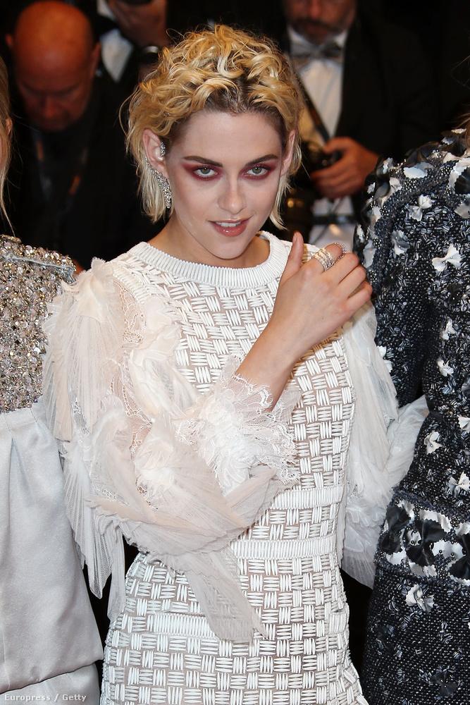 Most viszont szembesüljenek önök is Kristen Stewart sminkjével!Mert nekünk már megvolt az élmény, és még mindig alig tértünk magunkhoz