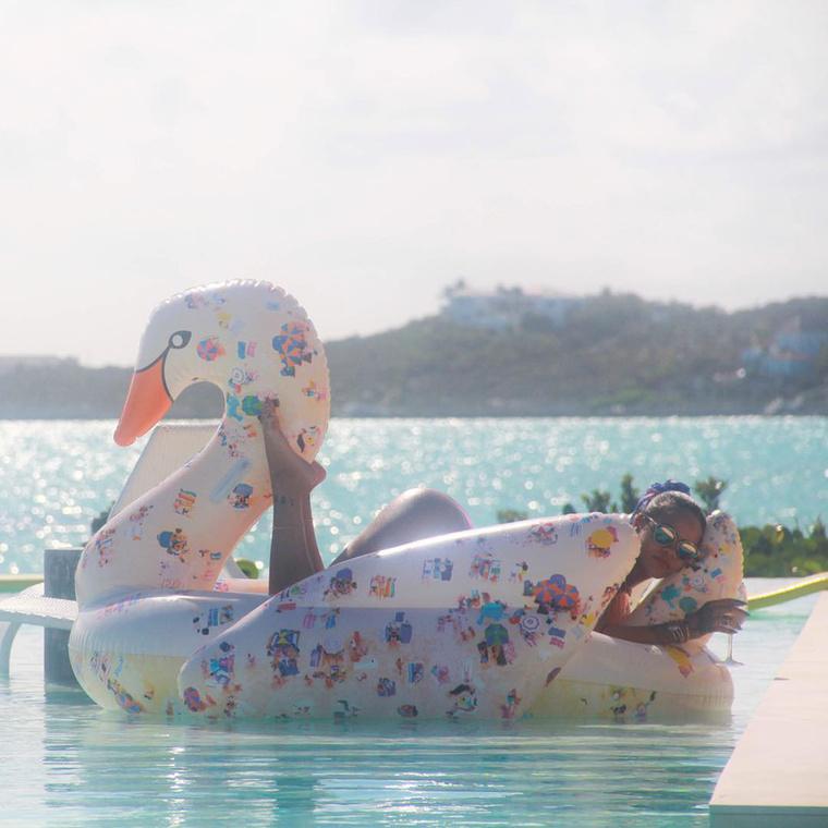 Ez mostanában elég népszerű darab, mintha kötelező lenne a medencés képekhez a hattyú.