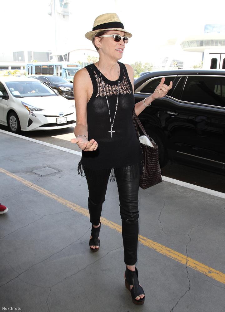A Los Angeles-i reptéren sétáló Stone egyszerűen nem szereti a melltartót, és ez teljes mértékben érthető is