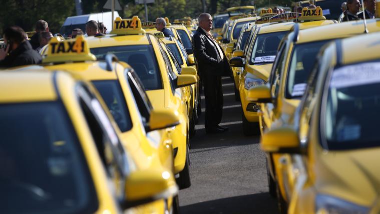 Győztek a taxisok és a kormány
