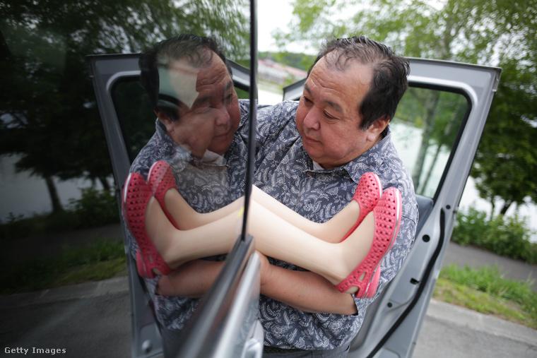 Nakadzsima Szendzsi egy 62 éves, kétgyerekes családapa, aki eleinte csak üzleti utakra szerzett be egy élethű, méregdrága guminőt