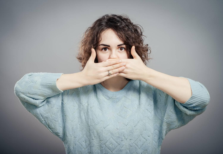 betegség amikor a lehelet rossz szagú)