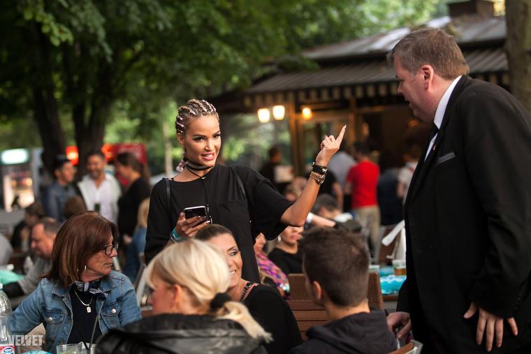Zsúfolásig megtelt a Sziget VIP a Rihanna-koncert előtti percekben