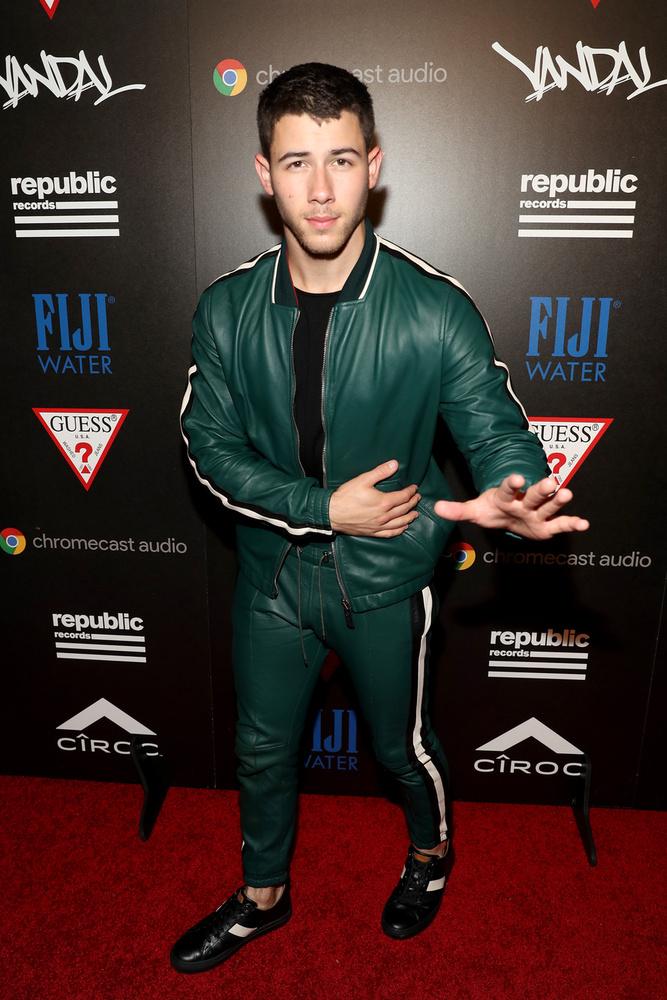 Ő Nick Jonas, aki egy gumiruhában érkezett