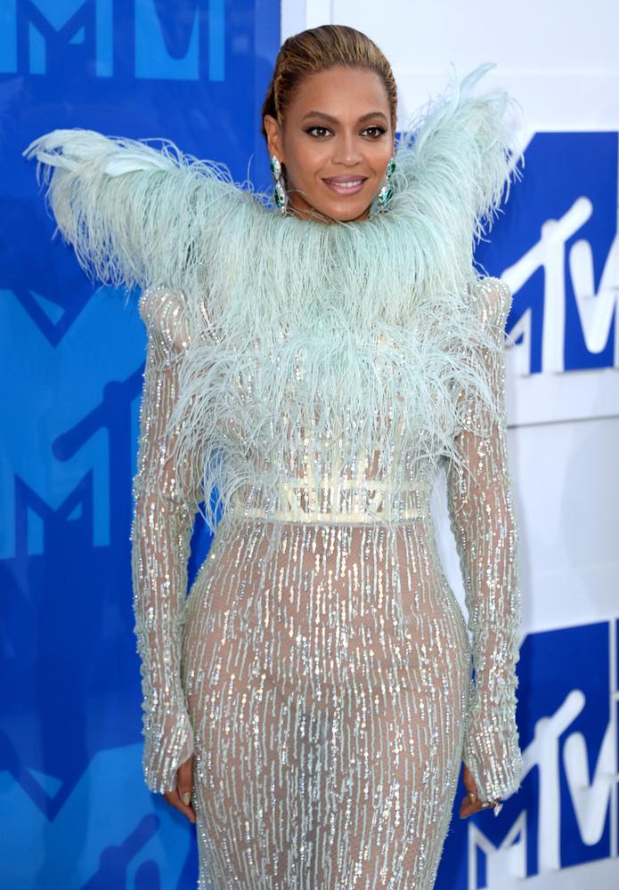 Íme Beyoncé tollruhája, ekkor még nem tudta, hogy mekkorát fog szárnyalni benne.