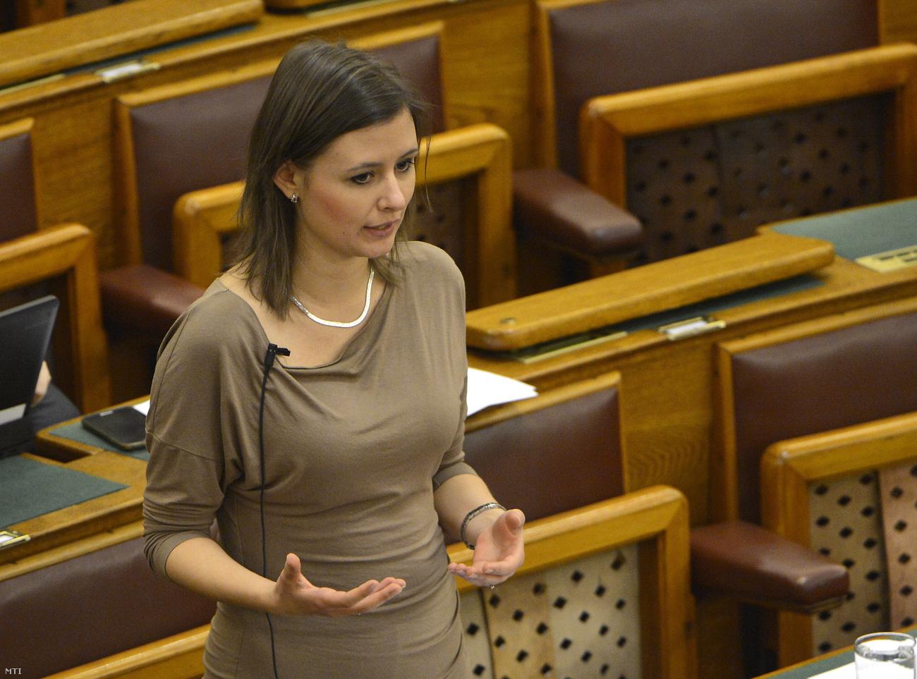 Lemond Dúró Dóra, hogy leválthassák Orbánt