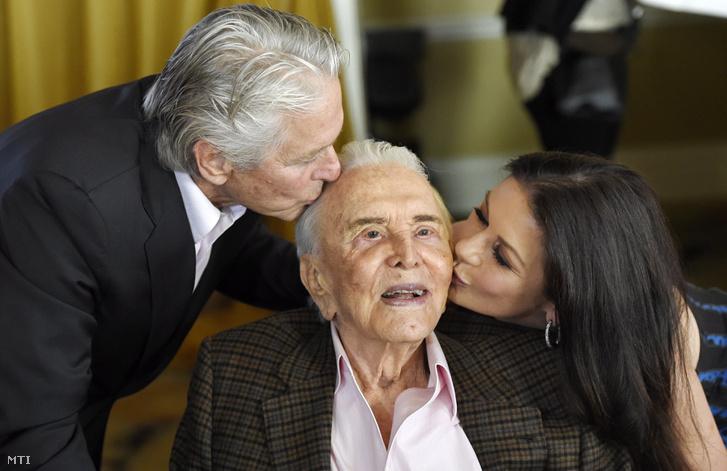 Kirk Douglas amerikai színész, fia Michael és menye Catherine Zeta-Jones a színész századik születésnapi ünnepségén