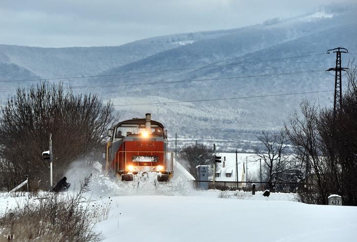 Egy M47-es mozdonnyal vontatott szerelvény töri a hóval fedett vasúti  pályát a Szerencs- 4506662c6c