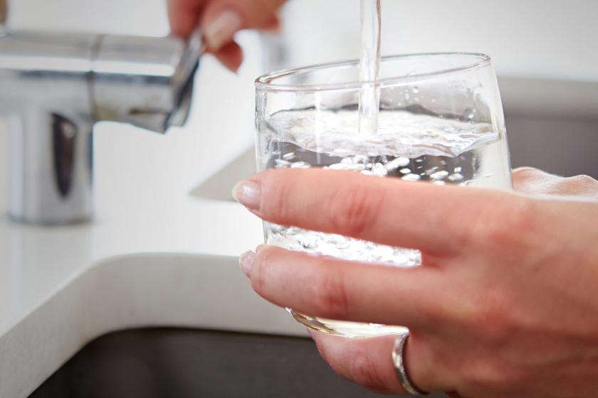 Kell-e vizet inni a visszér ellen. Helyesen inni: ne száradjunk ki, de ne is igyunk túl sokat