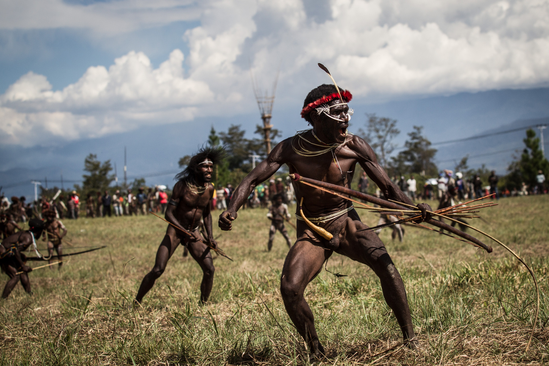 pápua törzs megfelel a fehér ember először
