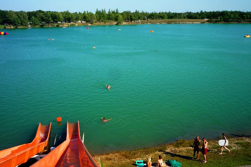 Friss hírek: Vadregényes környezetben bújik meg, és a víznek is gyönyörű a színe.