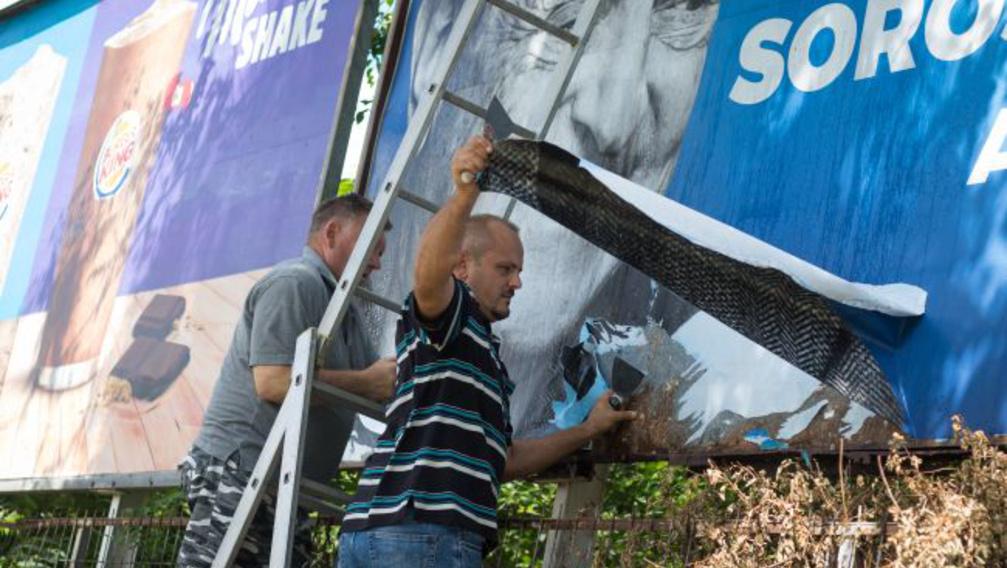 Mikor tüntetik el a politikai plakátokat?