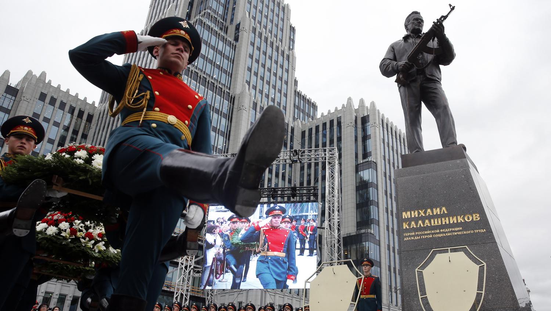 Szoborral tisztelegnek a Kalasnyikov atyja előtt
