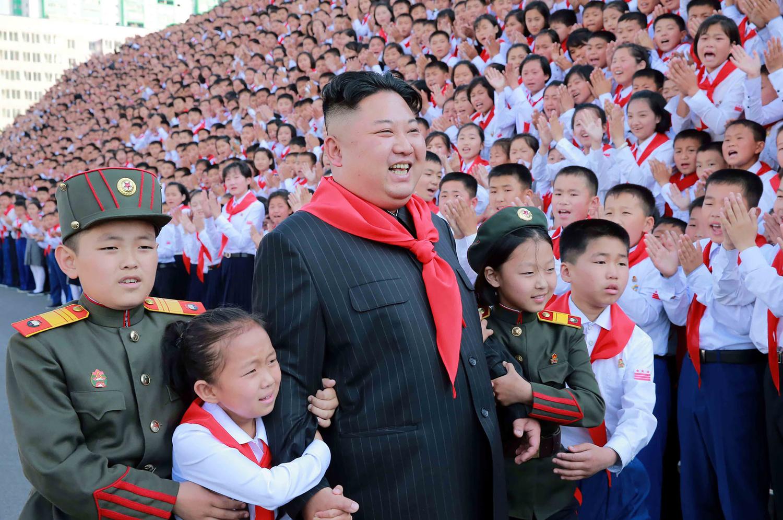 Kim Dzsongun iskolás szexrabszolgákat tart és rakétával végeztetett ki egy zenekart