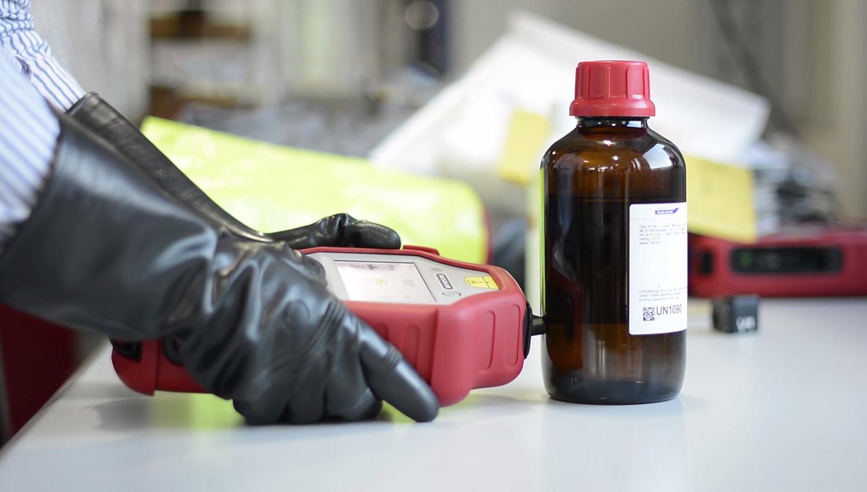Ez a kézi szkenner felismeri a hamisított italokat