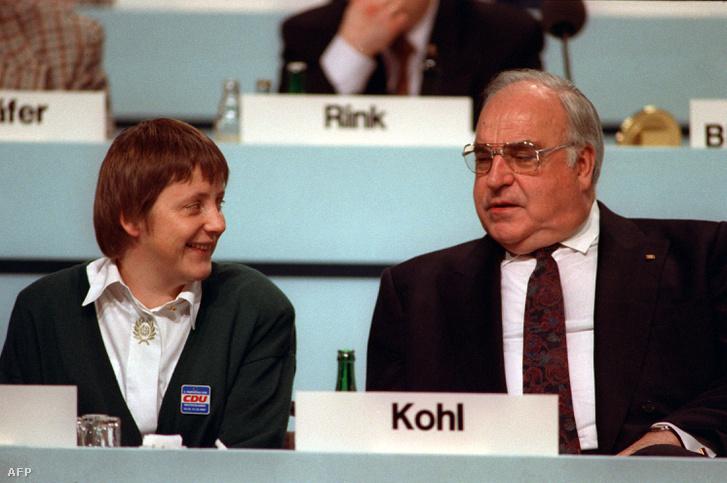 Angela Merkel, mint újdonsült nőügyi miniszter és Helmut Kohl kancellár 1991.december 16-án, a CDU drezdai pártgyűlésén