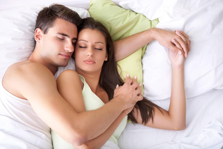 Фото пары в кровати, Фото Влюбленная пара целуется, лежа в кровати под 4 фотография