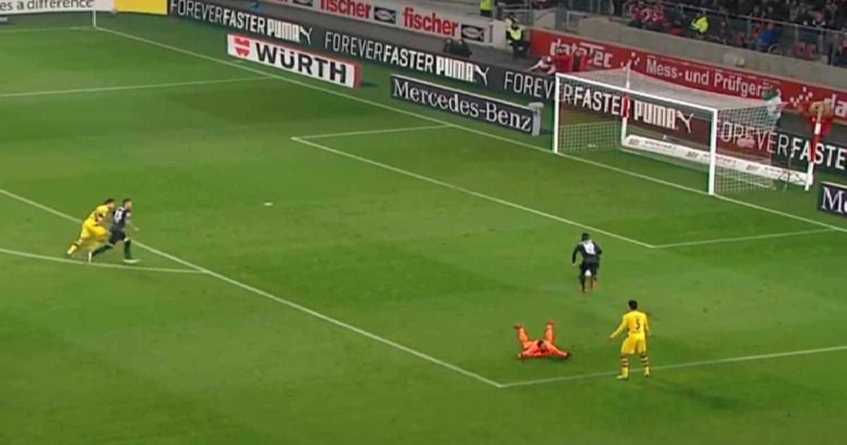 Hatalmas hiba, kipattant a Dortmund kapusának lábáról a labda