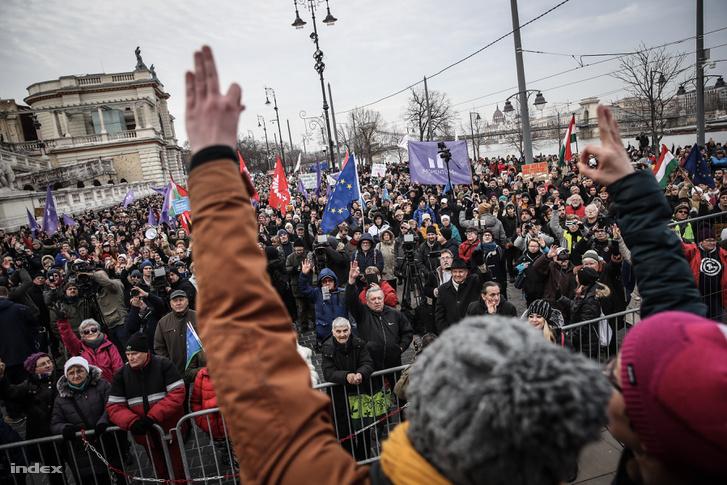 Index - Belföld - Noár szerint az összefogás szimbóluma - Az egész országban tüntetnek a túlóratörvény ellen - Percről percre