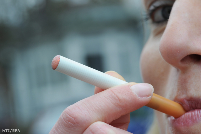 dobott egy lányt, aki dohányzik