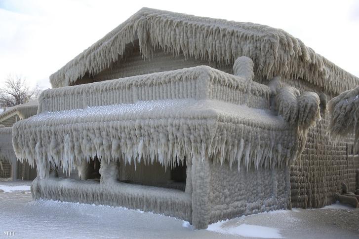 Legyen hó! Legyen hó! Olyan lelket mozdító! Bár tudnám azt, hogy mi lesz itt még! Jöjjön száz orkán! És közben a szívemen ül a jég.