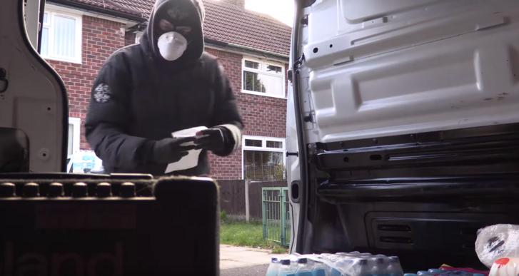 Ingyen füvet és vécépapírt osztogat egy maszkos angol zenész a karantén miatt