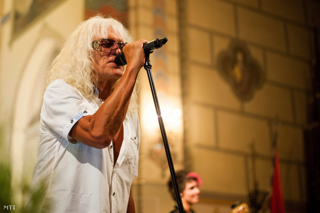Omega-koncert pár évvel korábban, a bátaszéki Nagyboldogasszony-templomban