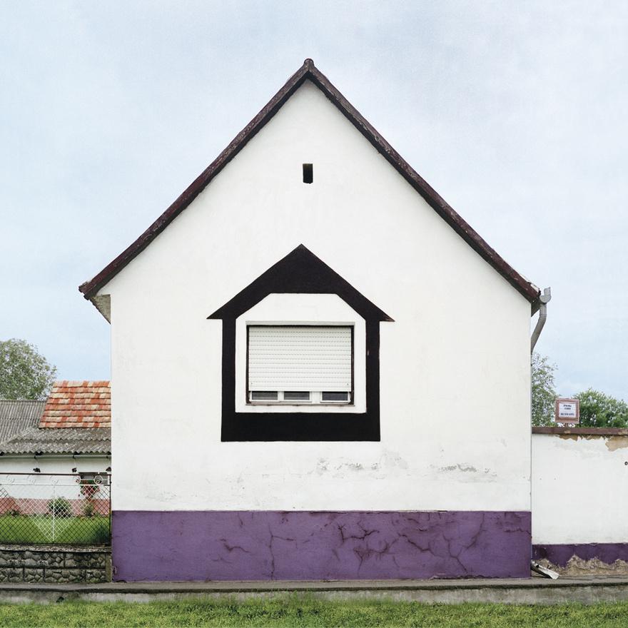 Míg nekünk a kockaház egy letűnt kor kellemetlen emléke, sokszor taszító és szégyellnivaló, addig Katharina Roters bevallotta, hogy szinte beleszeretett ezekbe az épületekbe. Érdekes, hogy a könyvben például több olyan falu van, ahol személyesen ismerős vagyok, de soha nem tűnt fel még egyik ház sem. Nagyszüleim kockaházának mintáit álmomban is le tudnám festeni, de szépnek nem találtam soha sem. Magam is csodálkozom utólag, hogy gyerekként én is megkérdeztem a nagymamámat, hogy miért lett ilyen ez a ház. Válaszként pontosan ugyanazt kaptam: a papa mondta, hogy ilyen legyen.