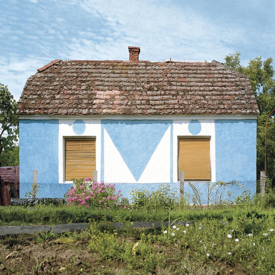 """A kockaházaknak először még csak a homlokzata volt """"kocka"""" ezek még nyeregtetős házak voltak, sokszor tornáccal, így kötődtek valamelyest a hagyományos paraszti építkezéshez és lakóformához. Nem véletlenül laktak ugyanis hosszú házakban a parasztok, hiszen ez bármikor bővíthető volt. Ilyen szempontból a kockaház teljes zsákutca. A még tradicionális életet folytatók nem tudtak mit kezdeni vele, belakni sem tudták, ugyanúgy egy szobát használtak benne csak, mint a régi paraszti házakban, a többi, utcafrontra néző szoba úgy nevezett tisztaszobaként üresen állt. Már ha egyáltalán beköltöztek, gyakori volt ugyanis, hogy továbbra is kint laktak a kockaház mellé felhúzott nyári konyhában, vagy a meghagyott régi házban."""