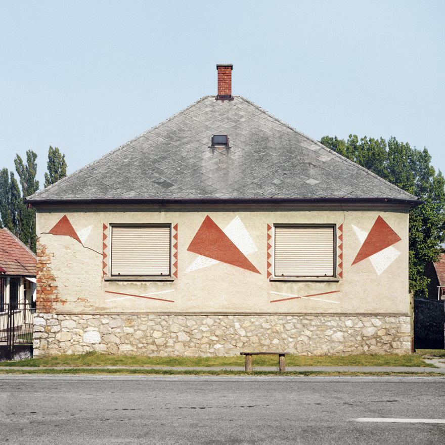 """Roters képeivel egyébként a velencei magyar pavilon kiállítására is pályázott, hiszen úgy gondolja, semmi sem nagyobb hungarikum ezeknél a házaknál és a díszítéseknél. Jelentkezését természetesen nem fogadták el, pedig egyre többen vetik fel, hogy a kockaház szerves mértékben része a """"népi"""" építészetnek, és pár éven belül valószínűleg a szentendrei skanzenbe is kerül egy ilyen ház."""
