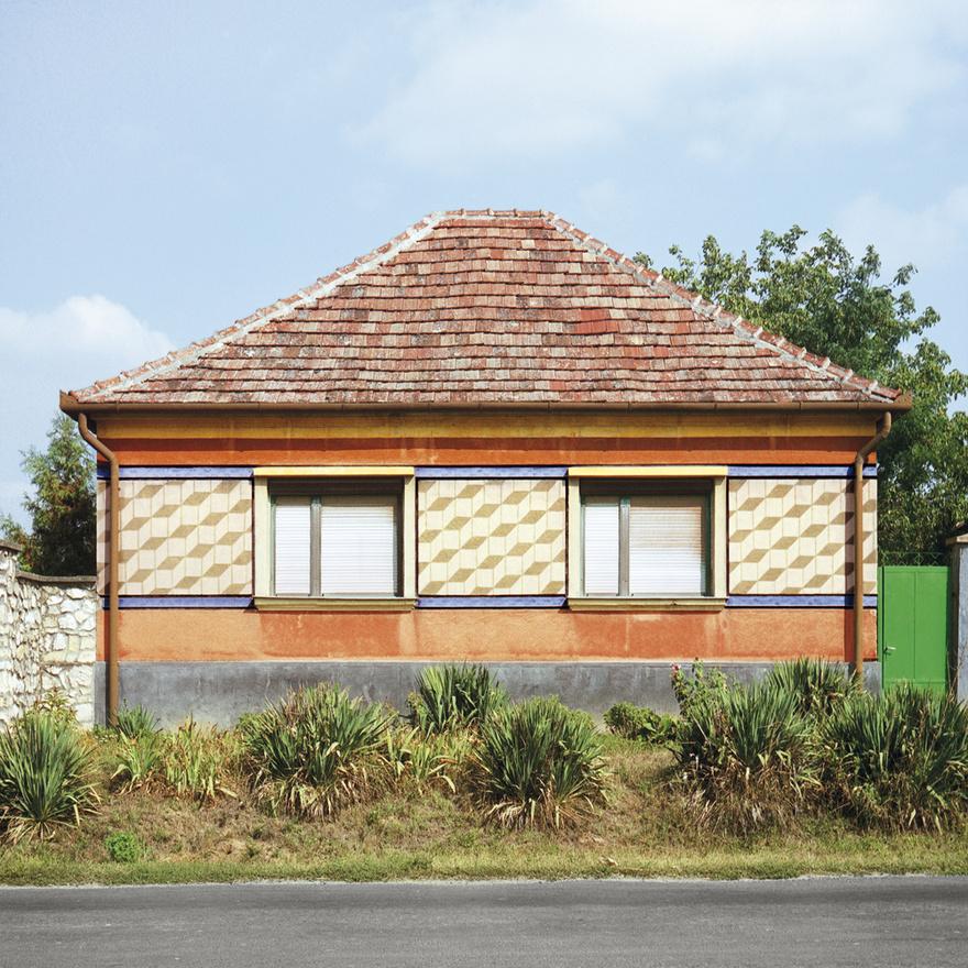 Ettől függetlenül a kockaház nem feltétlenül jelent radikális eltávolodást a hagyományos parasztságtól: ezeket a házakat ugyanúgy a helyi tulajdonosok elképzelései alapján építették meg a helyi mesteremberek. Az ornamentika pedig magától értetődően adódott abból, hogy ezek a házak egy idő után teljesen egyformák voltak, ez volt az egyedüli lehetőség, hogy a tulajdonos kitűnjön. A földek elvétele után a ház maradt az egyetlen olyan dolog, amivel reprezentálni lehetett.