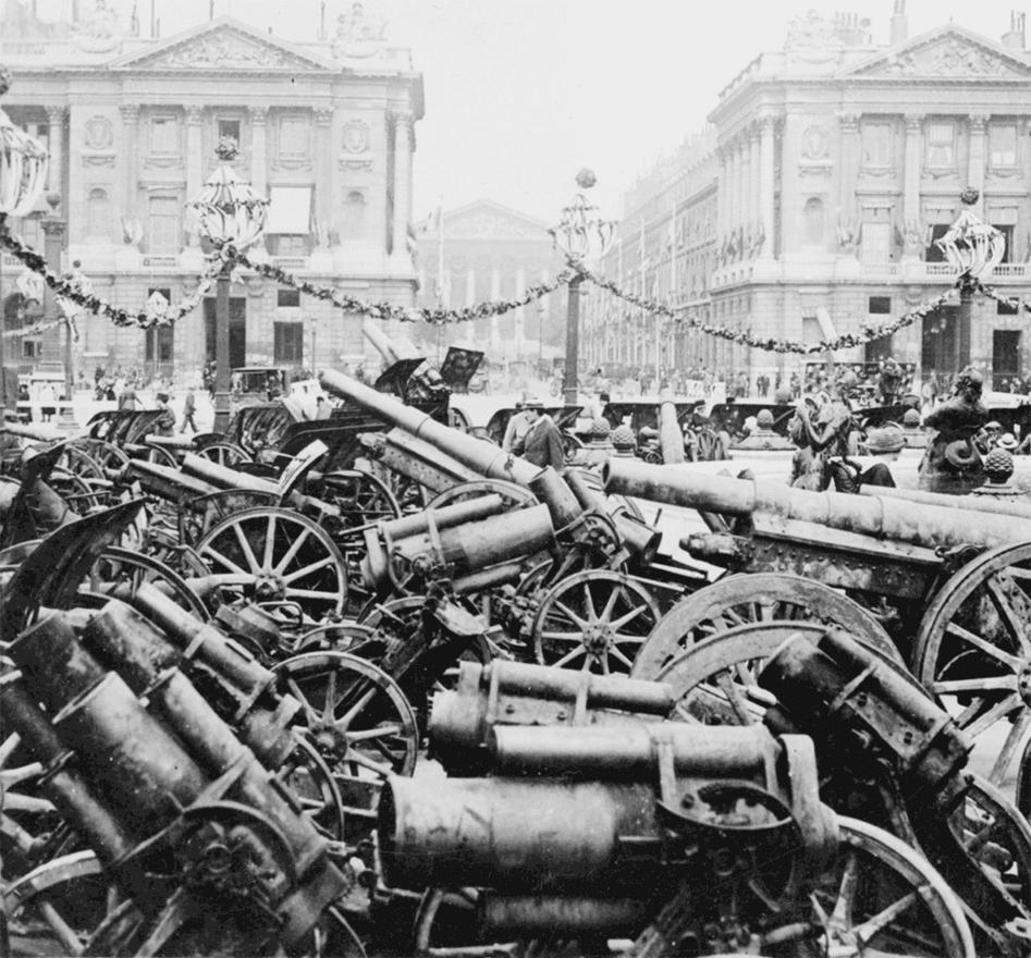 Az antant hadak által zsákmányolt német ágyúk, mozsarak és tarackok Párizsban. A hadiipari termelés érdekes változáson ment át a háború utolsó éveiben: addig rendre a kézi lőfegyverek, puskák, illetve az ehhez tartozó lőszerek, illetve robbanóanyagok és a puskapor tették ki a termelés nagy részét, azonban 1918-ban visszaesett. Ugyanebben az időszakban duplájára nőtt a repülők, a repülőmotor-pótalkatrészek, gyártása, másfélszer annyi tüzérségi löveget gurítottak ki a gyárak kapuján, és a géppuskából is 22 százalékkal több készült, mint addig.