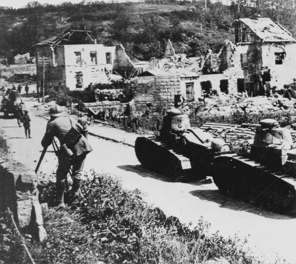 Renault tankok Vaux-nál. Az FT-17-es tankok az első világháborúban fejlődésnek indult, a második világháborúban domináns stratégiai szerepet betöltő fegyvernem összes modern, máig alkalmazott tulajdonságát alkalmazták. A fegyverzet a harckocsi tetején lévő, körbefordítható lövegtoronyban kapott helyet, a legénység a tank elején a motor pedig hátul helyezkedett el. Az FT-17 volt az első, sorozatgyártásba is került modern tank, 3000 darab készült el belőle, nagy részük 1918-ban. Egyes történészek szerint az első modern harckocsi címet egy osztrák mérnök, Günther Burstyn 1911-ben bemutatott Motorgeschütz nevű találmány érdemelné, az azonban soha nem jutott messzebb a tervezőasztalnál.