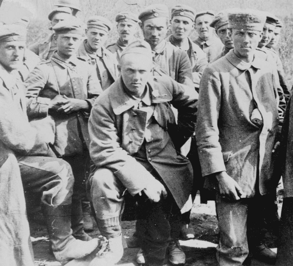 Belleau Woodsnál elfogott német katonák amerikai fogolytáborban. Az első világháborúban mintegy 8 millió katona esett ellenséges fogságba, és a körülményekre jellemző, hogy itt jóval nagyobb esélyük volt az életben maradásra, mint a lövészárkokban.                         A katonák általában nem egyedül adták meg magukat, egész hatalmas tömegek, néha sok ezren estek fogságba egyszerre. A háború végére az orosz hadsereg veszteségeinek 25-31 százalékát tették ki a fogságba esett katonák, az osztrák-magyar haderőnél ez 32, az olaszoknál 26, a franciáknál 12, a németeknél 9, a briteknél pedig 7 százalék volt az arány.