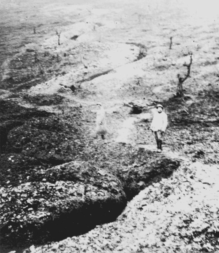 A Château-Thierry és Soisson városa között húzódó lövészárokrendszer. A háború végére egészen óriási kiterjedésű rendszerek jöttek létre az eleinte a az automata fegyverek szokatlanul sűrű golyózápora miatt kényszerűségből alkalmazott árkokból. A németek igazi művészetté fejlesztették a lövészárok-építést: betonnal megerősített, az ágyúzásnak ellenálló bunkereket építettek, ahol a friss levegő folyamatos áramlását is biztosították. Ők voltak az elsők, akik nem szimplán hosszan elnyúló lövészárkokat ástak, hanem mélységben védekeztek, több, egymást fedezni képes árokból álló rendszerekkel. A lövészárkokban élő katonák között természetesen számos fertőzés terjedt, a higiéniás körülmények miatt sokan nem is az ellenség tüze miatt estek ki a szolgálatból. A lövészárokharc közben szerzett tapasztalatok miatt vezették be az amerikaiaknál az első gyalogsági bakancsot az addig használt lábbelik helyett.