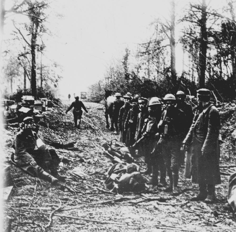 Amerikai katonák német hadifoglyokat kísérnek. Az első világháborúban összesen 68 millió katona vett részt, a halottak, sebesültek és eltűntek száma 39 milliót is meghaladja. A civil áldozatok száma is megdöbbentő, a közvetlenül a hadmozdulathoz köthető halottak száma a 2,4 milliót, a háború miatti nélkülözés miatt életüket vesztők száma a 4,8 milliót közelíti.