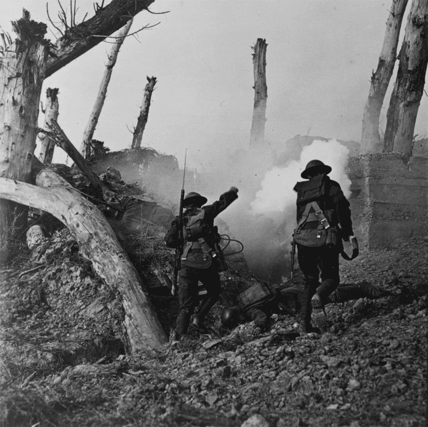 Amerikai katonák rohamoznak meg egy német bunkert, a földön egy német katona holtteste hever. A kép egyes szakértők szerint beállított propagandafotó is lehet. Az 1918-as első amerikai hadi sikereket a történészek szerint nagyban segítette a tény, hogy kifulladt és reményvesztett német egységek ellen intézték őket. Argonne-nál aztán az amerikaiak is belefutottak egy komolyabb mészárszékbe: 120 ezer embert vesztettek négy-hat hét alatt.