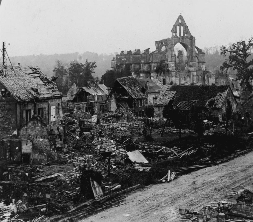 Longpont város romjai. A világháború első évében még a korábbi háborúkban megszokott módon, a front elülső részében, közvetlenül az ellenfélre irányítva használták a tüzérséget, de egy évvel később már komoly fejlődésen ment át a fegyvernem. A háború alatt egészen elképesztő módon nőtt a pontosság és a hatótáv, a németek végül egy 100 kilométerről is célba találó ágyút is terveztek Párizs bombázására. A találati pontossághoz persze a távközlési módszerek és a légi felderítés fejlődése is kellett. Érdekesség, hogy az acélsisakok is az ágyúzás hatására terjedtek el: a becsapódások ereje és az ilyenkor keletkező légnyomás miatt szanaszét repülő repeszek és törmelék komoly fejsebeket okozott. Érdekesség, hogy a német hadsereg még most is az akkor tervezett acélsisak, a stahlhelm formavilágát használó sisakot hord, bár ez már kevlárból van.