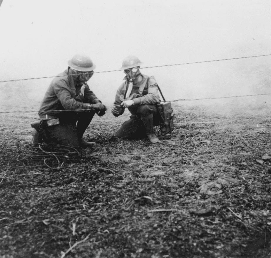 Később a gáztámadások hatékonysága nagyban csökkent, főleg a rohamosan fejlődő gázálarcok alkalmazása miatt. Ezen a képen az látszik, ahogy a katonák a körülöttük örvénylő gázfelhőben épp a hatalmas kiterjedésű lövészárokrendszerekben nélkülözhetetlen kommunikációt szolgáló telefonvezetékek egyikét próbálják megjavítani.