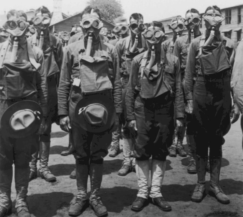 Gázálarcban felsorakozó katonák. Az első gáztámadás 1915. április 22-én történt, a szemben álló felek ezután váltakozó sikerrel vetették be egymás ellen a második ypres-i csata kezdetén. A németek klórgáztámadása borzasztóan hatékony volt, az ellenkező oldalon álló 15 000 francia katona ugyan látta a közeledő felhőket, de nem tudták, mit tegyenek ellene, és egyszerűen csak a lövészárokba bújtak előle. 5000 katona azonnal meghalt, a maradék nagy része vakon és borzasztó sérülésekkel hagyta el a lövészárkokat. A németek azonban nem éltek a lehetőséggel: egyszerűen nem számítottak arra, hogy a gáztámadás ilyen sikerrel jár majd, így nem vontak össze megfelelő támadóerőket a térségben.