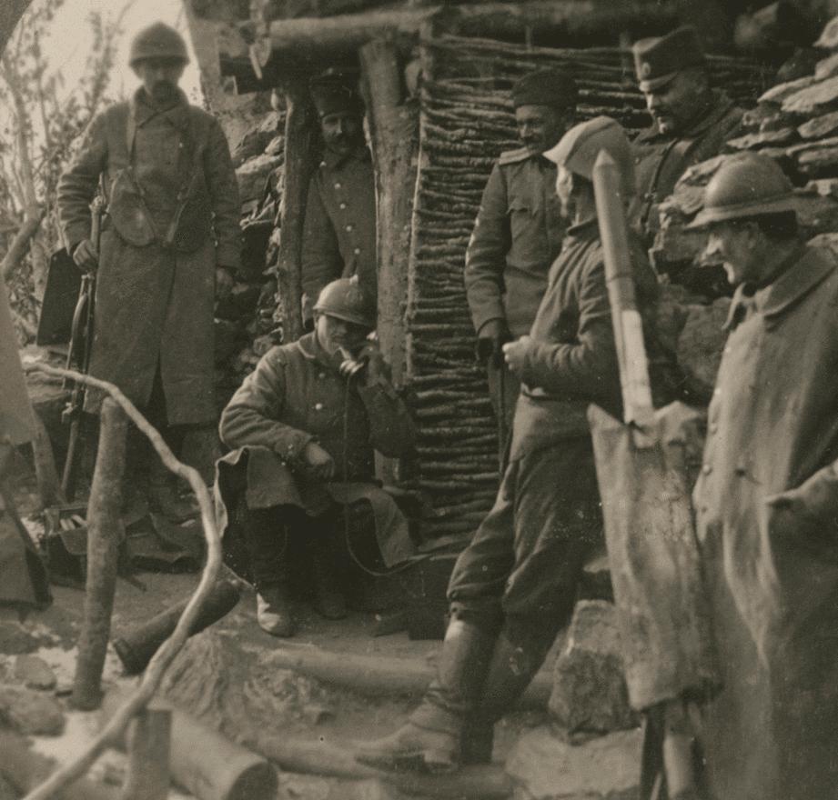 Szerb katonák várják a megfigyelőállomásokról befutó hívásokat. Ha jött a hívás, világító rakétákat lőttek fel, amik fénnyel borították el a lövészárkok között elterülő senkiföldjét. Az állóháború kialakulása után tulajdonképpen a fedezék nélküli, drótakadályokkal borított területeken át rohamozó csapatok próbáltak néhány négyzetkilométernyi területet elfoglalni a jól védett, géppuskákkal megerősített védelmi állások felszámolásával.                         A történészek szerint az állóháború egyenes következménye volt annak, hogy bár az egy katonára jutó tűzerő hatalmasat nőtt, a szállítóeszközök fejletlensége nem tette lehetővé azt a logisztikát, ami a komolyabb csapatmozdulatokhoz kellett volna. Jól mutatja ezt az is, hogy a nagyobb támadások még a kezdeti átütő sikerek után is folyamatosan elhaltak, egyszerűen azért, mert már néhány tíz kilométernyi távolság túl sok volt az utánpótlás folyamatos áramoltatásához.