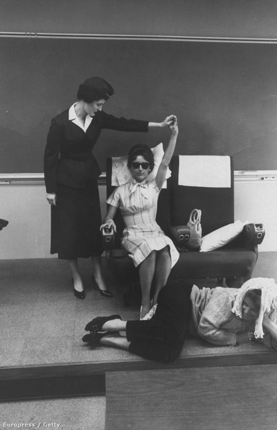 Különleges kiképzést kaptak az iskolában: itt például azt tanulják meg, hogyan kell egy látássérült utassal foglalkozni.