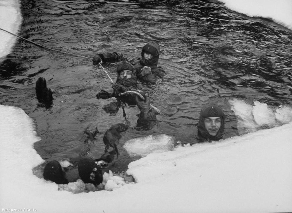 Itt egy újfajta, hőtartó ruhát tesztelnek a szintén nem túl meleg vízben, a hegy lábánál lévő befagyott tóban. A ruha ugyan nem vízálló, de úgy van kialakítva, hogy a két réteg gumi között van egy szigetőanyag, ami megtartja a test hőjét, így nem fáznak a katonák.