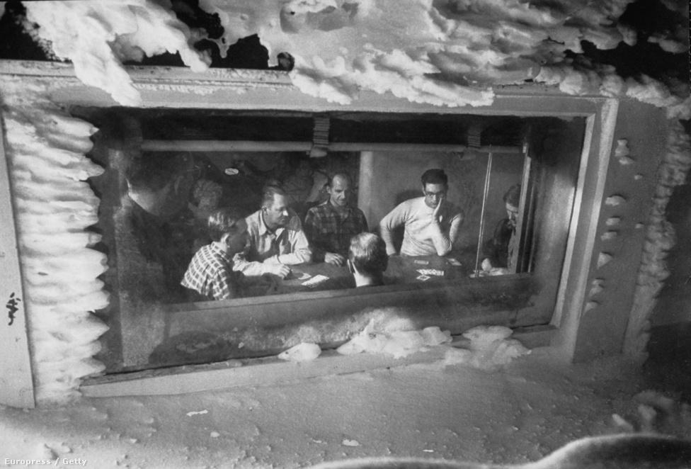 A duplaablak mögött viszont ott a meleg levegő és az otthonosság: az emberek úgy pókereznek, mintha kívül mi sem történne. A katonákra és a civilikre ugyanaz a szabály vonatkozott: tilos volt alkoholt fogyasztani.