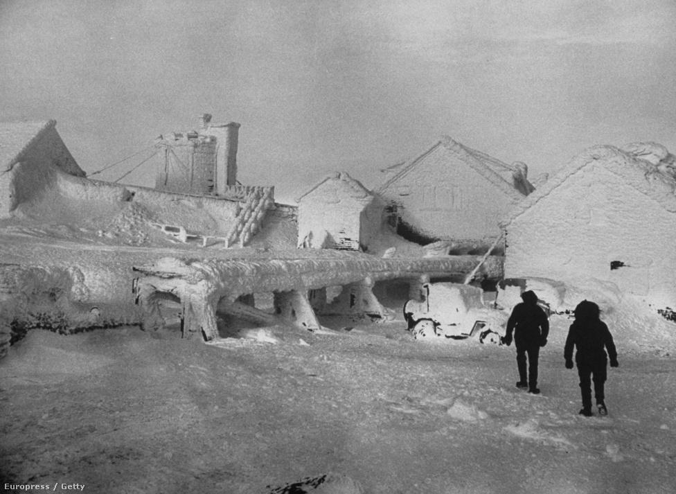 Sőt, ebben a hidegben szabad szemmel is látható, ahogyan húsz másodperc alatt megfagy minden létező dolog. Az épületeket annyira bevonja a jég, hogy teljesen mesebeli lesz tőle a táj.