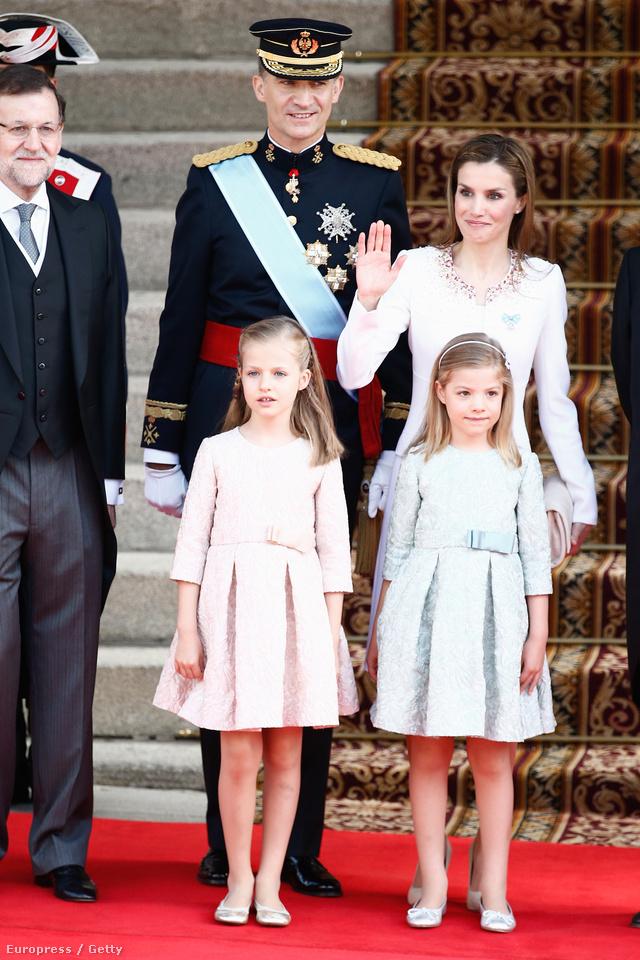 A királyi család a beiktatási ceremónián: IV. Fülöp, Letícia királyné, és lányaik, Zsófia és Eleonóra.
