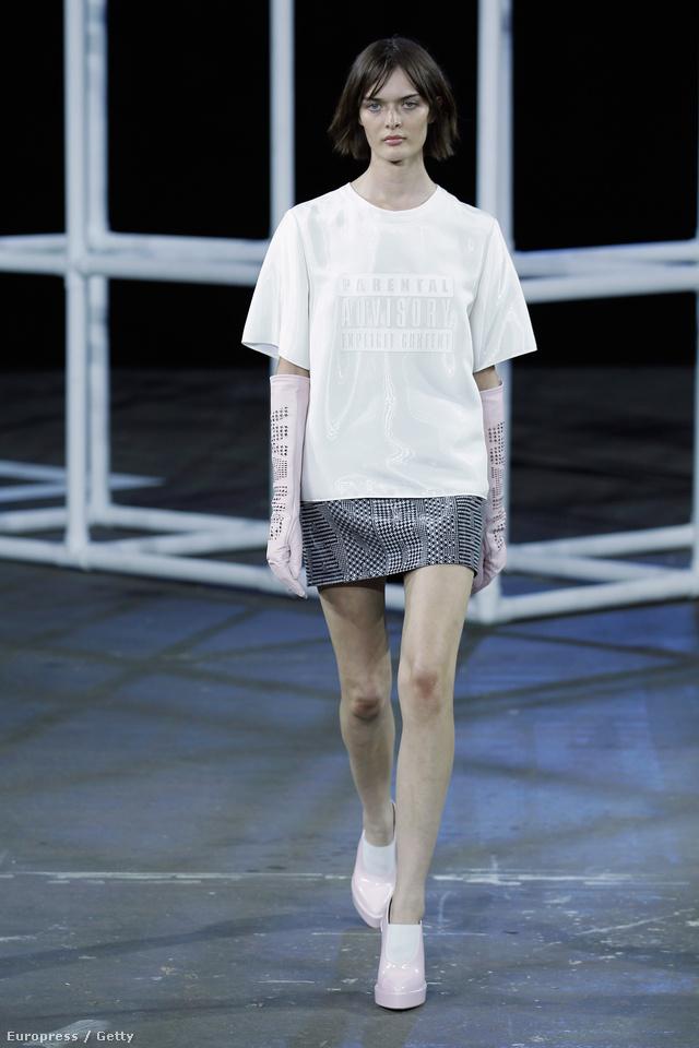 Bő szabású fehér póló Alexander Wang kifutóján.