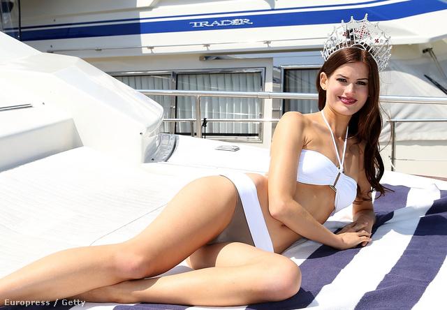 Carina Tyrrell, azaz Miss Anglia egy yachton élvezi a királynőséget