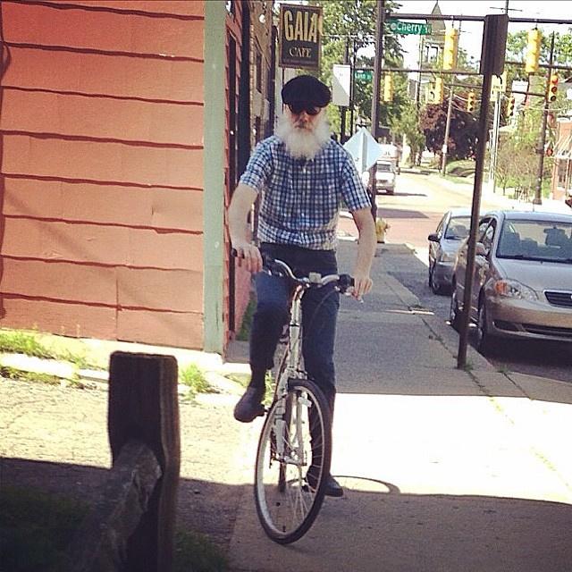 Hipster nagypapa biciklin.