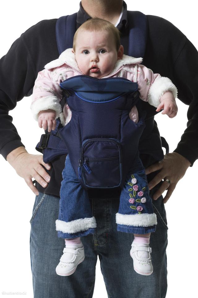 Így ne. Számos hordozós hiba egy képen. 1. a baba lába lóg, ez nem jó a csípőizületeknek. 2. kifele néz, ami terheli a gát tájékát, és összenyomja a heréket. 3. a helytelen testtartás miatt a gerinc is természetellenesen görbül.
